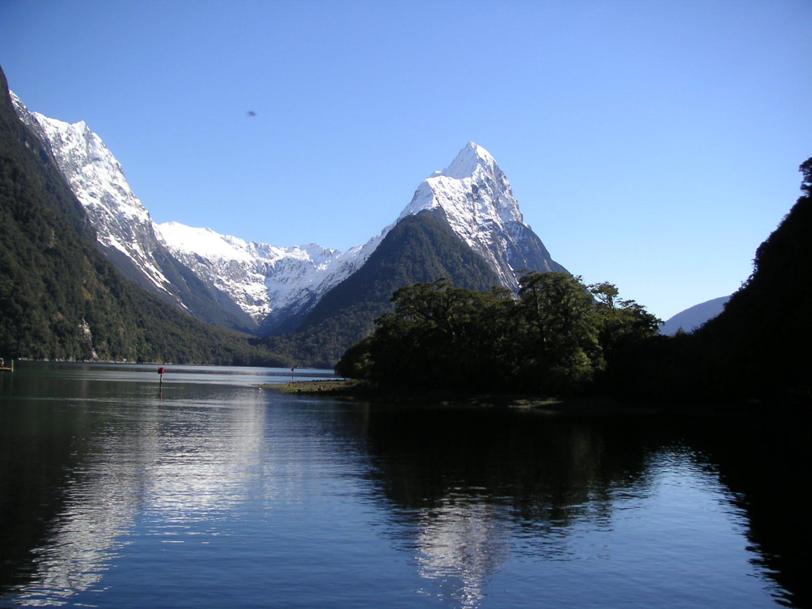 Milford Sound New Zealand - Beautiful mirrored waters